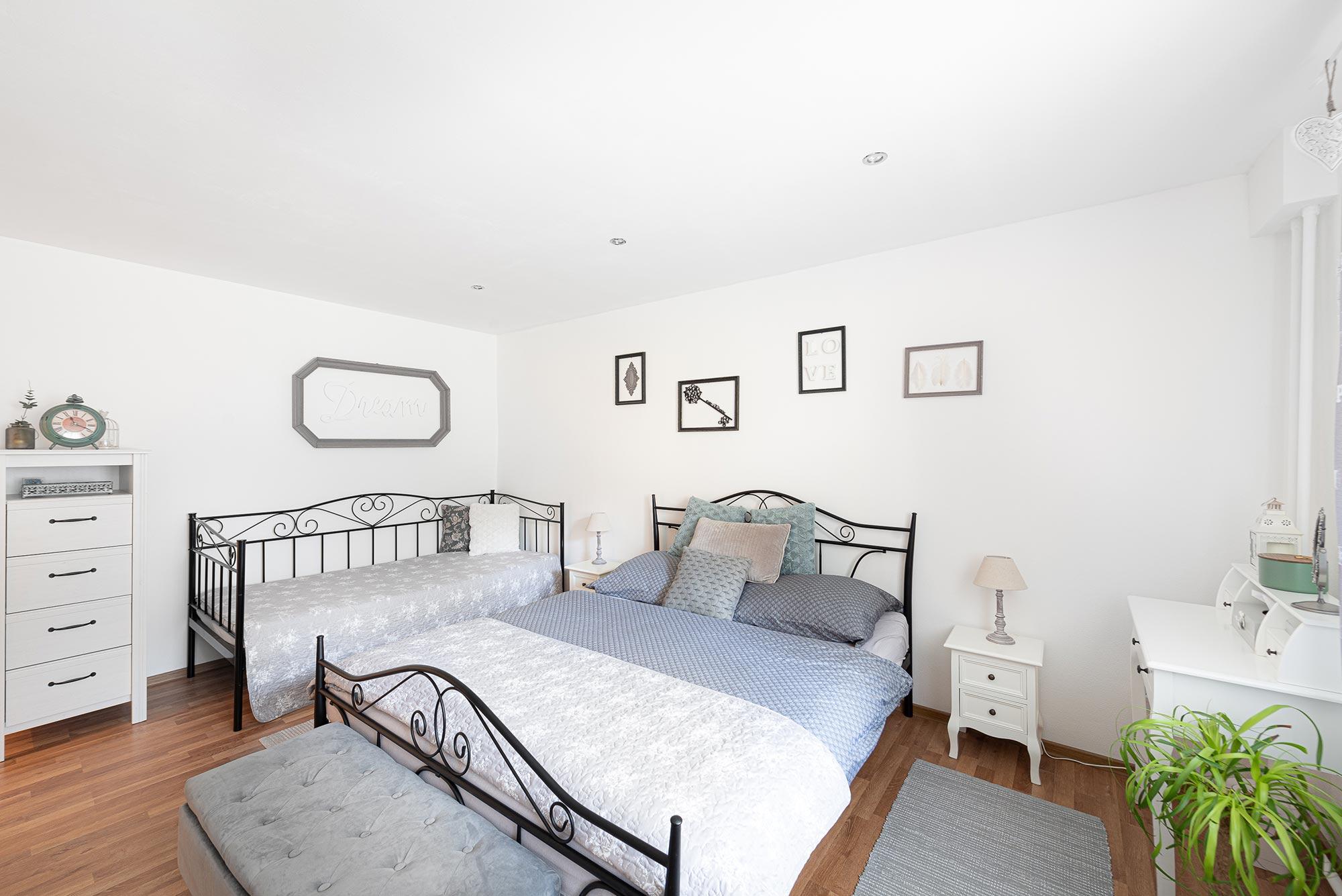 booking.com, apartman, white room
